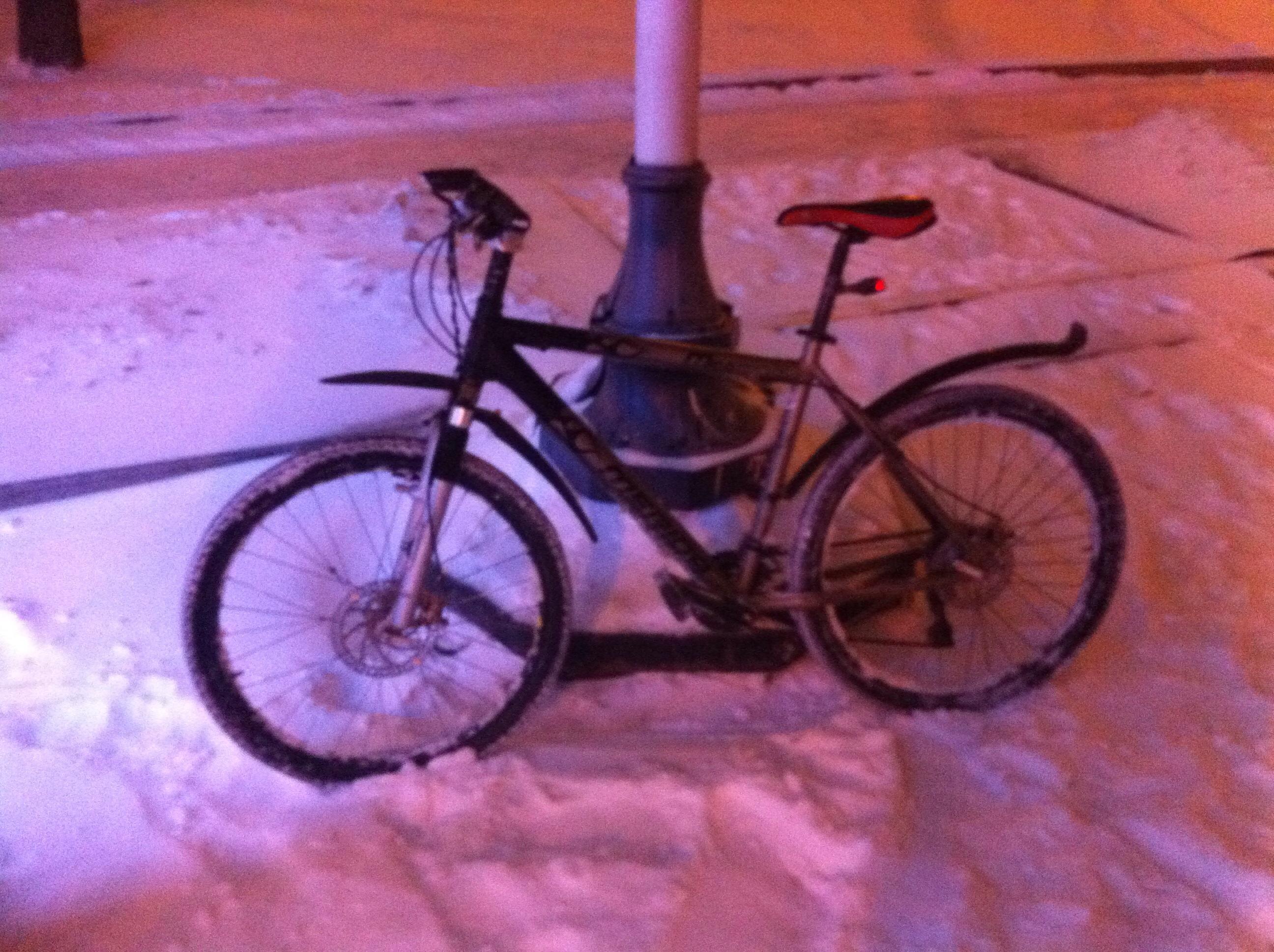 Поездка на велосипеде в снегопад
