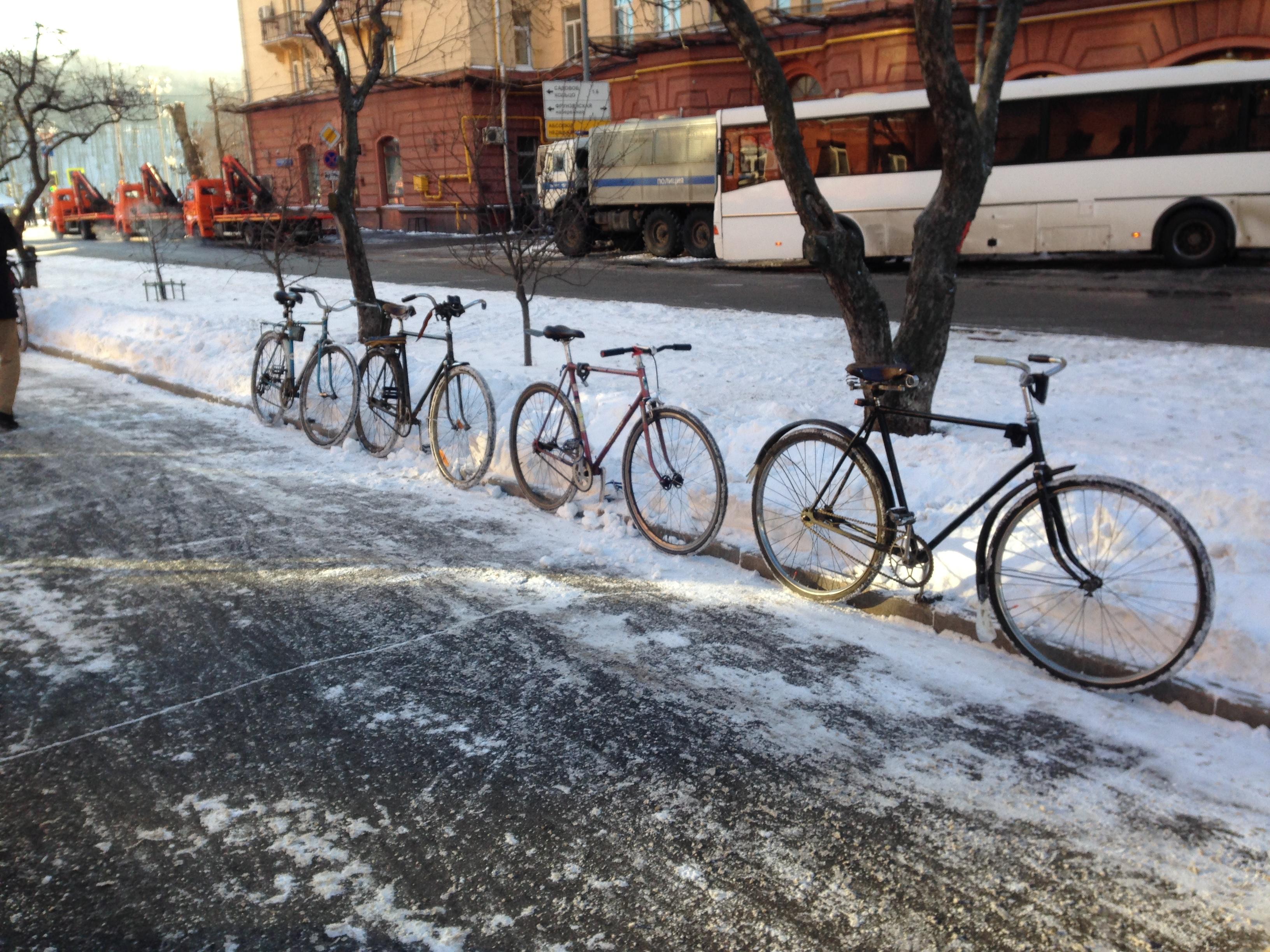 Построили велосипеды в ряд. Мой ПВЗ, ХВЗ спорт, ХВЗ Украина в120, турист.