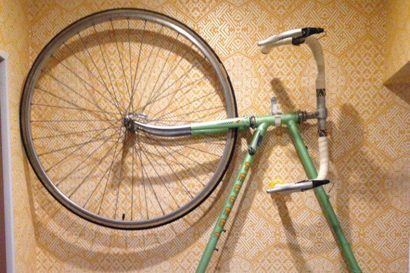 Велосипед висит на стене