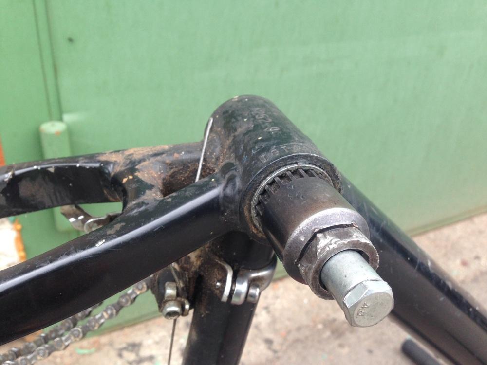 Откручиваем левую чашку каретки на велосипеде