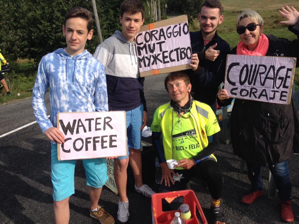 Местные жители предлагают остановиться попить кофе и пополнить запасы воды