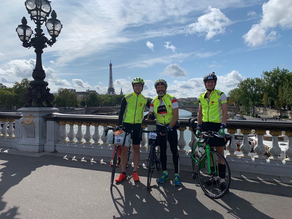 Мы на велосипедах на фоне эйфелевой башни