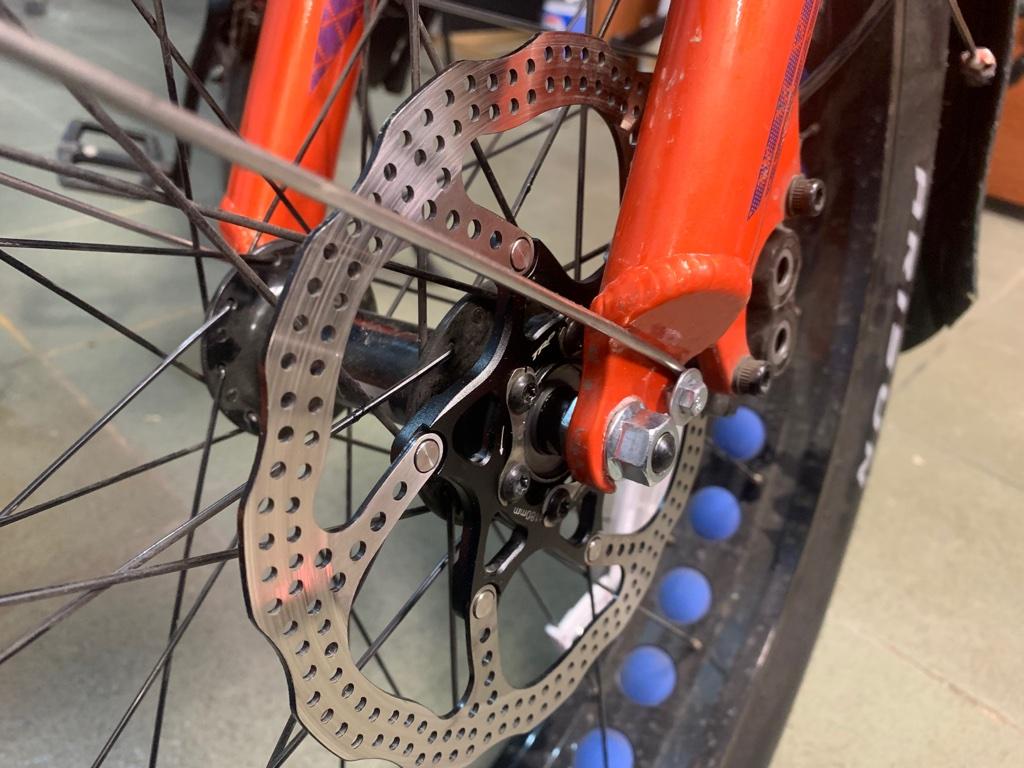Очистка или обезжиривание тормозного диска велосипеда от загрязнения